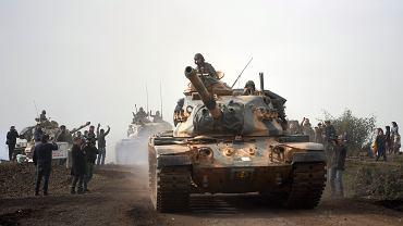 Tureckie czołgi wjeżdżają do Afrin w północnej Syrii, 22 stycznia 2018 r.