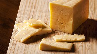 Zeschnięty żółty ser? Nic straconego - można mu przywrócić świeżość
