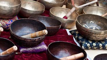 Terapia dźwiękiem, misy tybetańskie, gongi, kamertony - czy to działa?