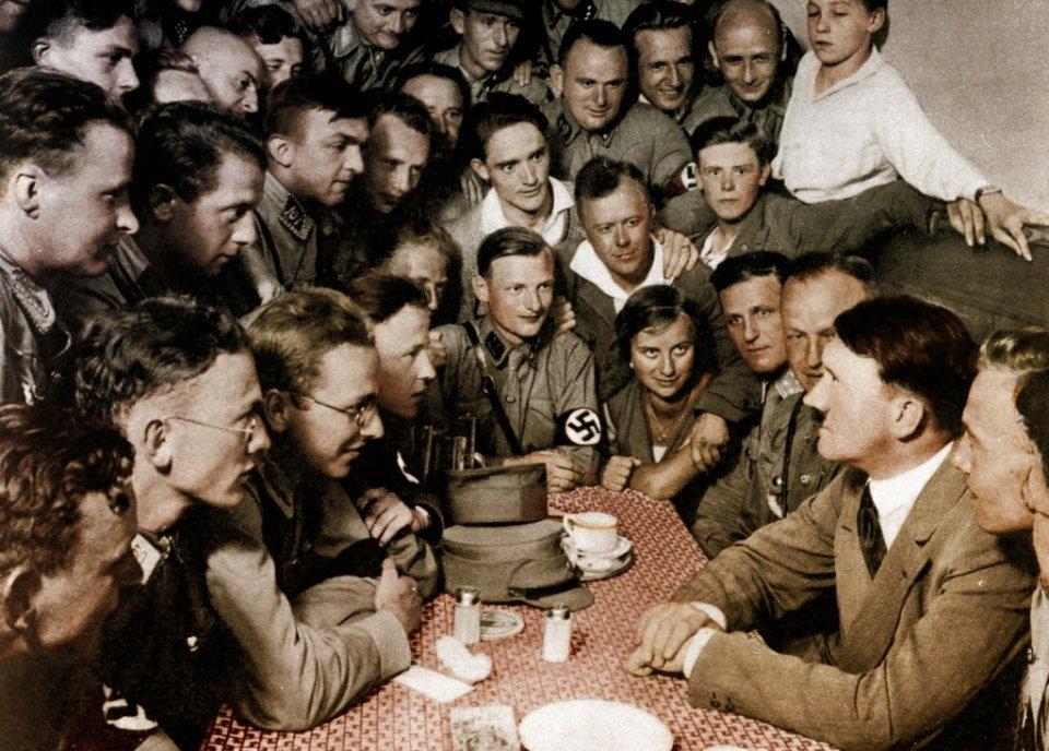 Adolf Hitler i nazistowska młodzież w Brunatnym Domu, siedzibie głównej NSDAP, Monachium, 1932