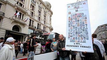 """""""Solidarni 2010"""" przed hotelem Bristol, w którym mieszkają piłkarze z Rosji"""