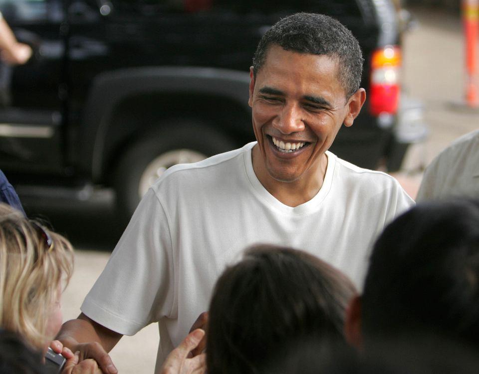 Barack Obama (jeszcze jako prezydent USA) po meczu koszykówki w Honolulu na Hawajach, Punahou School, 30 grudnia 2008 r.