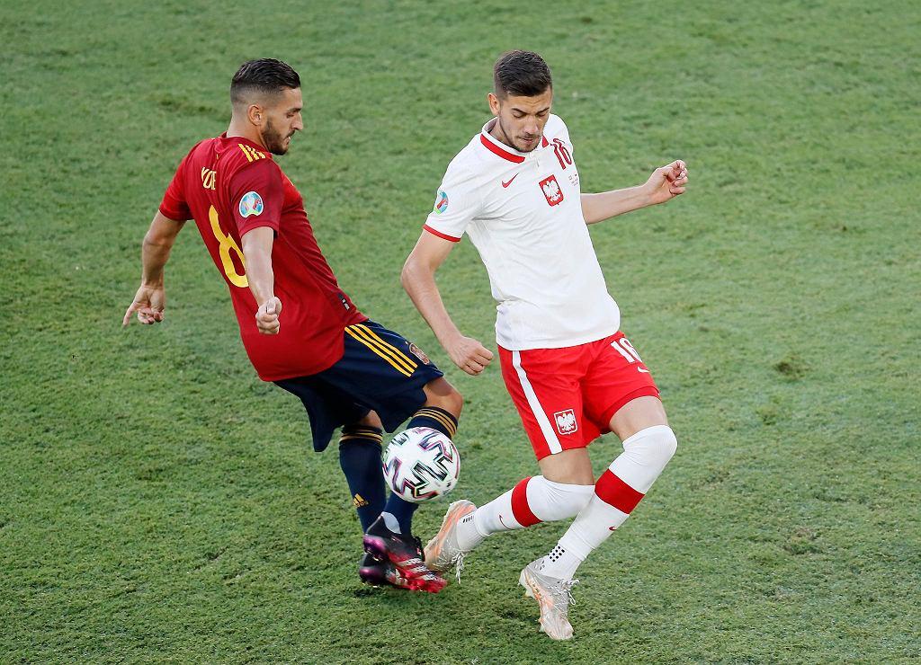 Euro 2020. Hiszpania - Polska. Z prawej Jakub Moder, obok Koke