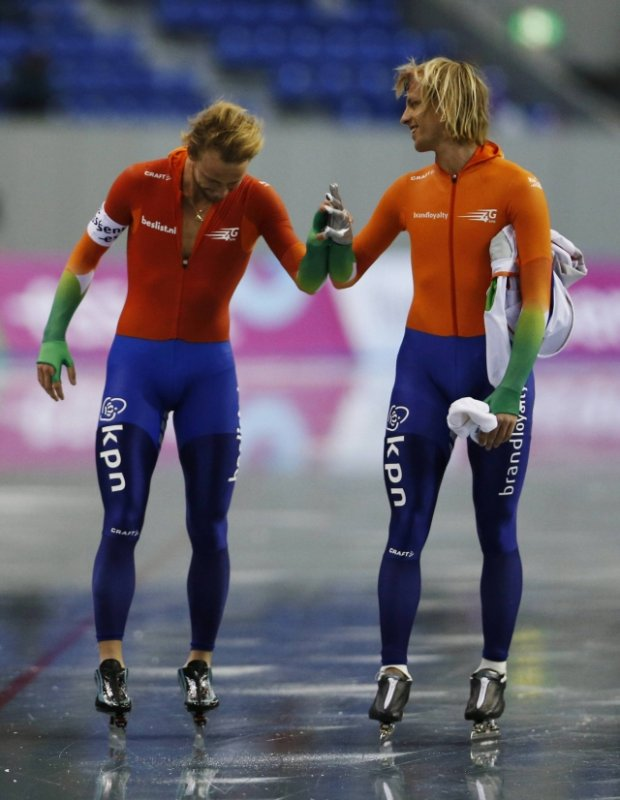 Michel Mulder (L) of the Netherlands celebrates with his brother Ronald Mulder after the men's 1,000m event at the ISU World Sprint Speed Skating Championships in Nagano, central Japan, January 19, 2014. REUTERS/Issei Kato (JAPAN - Tags: SPORT SPEED SKATING)