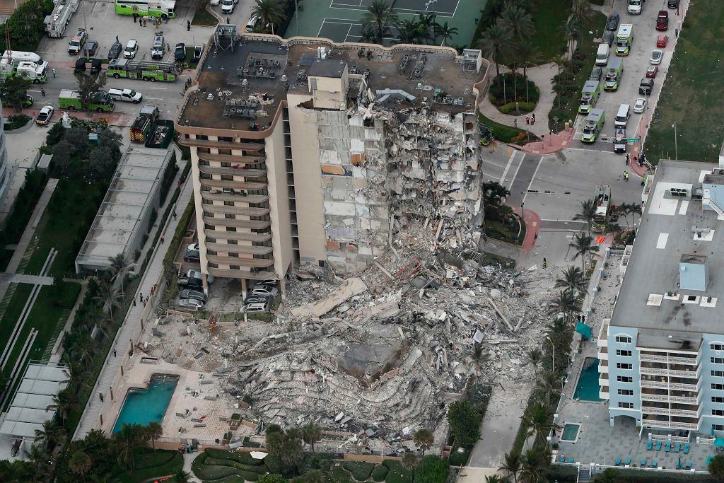Zawalony budynek w Surfside, na przedmieściach Miami