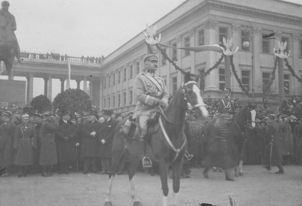 11 listopada 1927: marszałek Józef Piłsudski na Kasztance przyjmujący defiladę. W tle widoczny Pałac Saski.