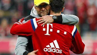 Przed meczem Bayernu Monachium z Borussią Dortmund Robert Lewandowski serdecznie przywitał się z trenerem rywali Juergenem Kloppem