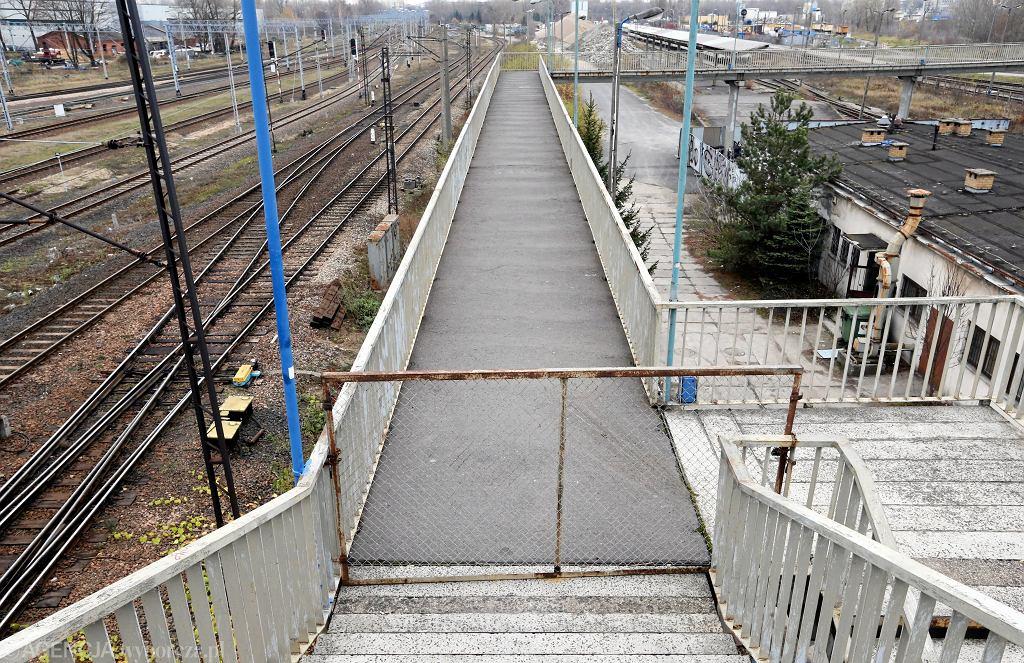Zamknięta kładka na stacji kolejowej (zdjęcie ilustracyjne)