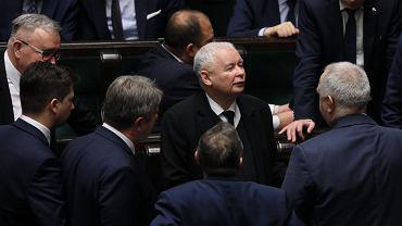 Jarosław Kaczyński wszedł na mównicę i wycofał gotową uchwałę. Kuchciński nie wiedział, co robić