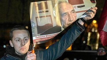 Jacek Międlar pali portret Tadeusza Mazowieckiego