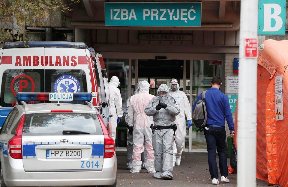 Ratownicy przed szpitalną izbą przyjęć w Warszawie