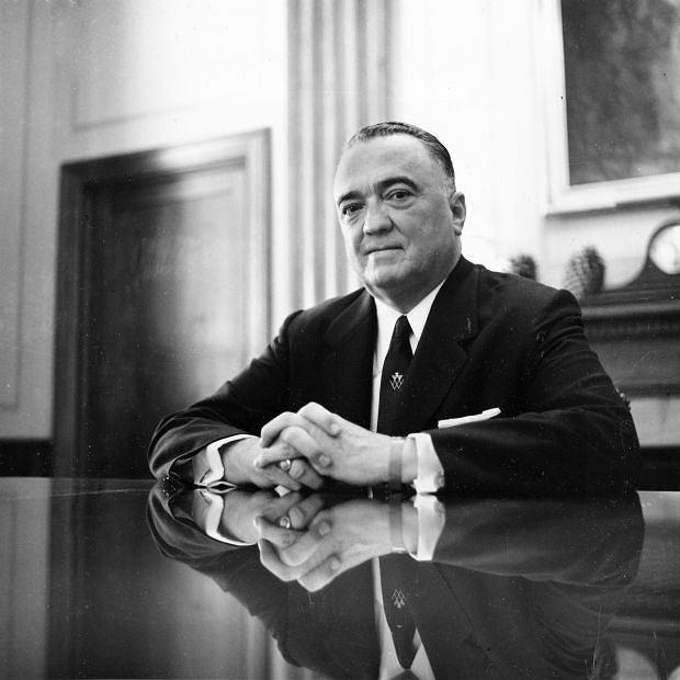 Pracownicy FBI nazywali go po prostu Szefem albo Dyrektorem. Od dzieciństwa zamknięty w sobie, z trudem nawiązywał przyjaźnie i nigdy się nie ożenił. Z upodobaniem za to przez dziesięciolecia kolekcjonował informacje o życiu seksualnym innych. Na zdjęciu Hoover sfotografowany w maju 1959 r.