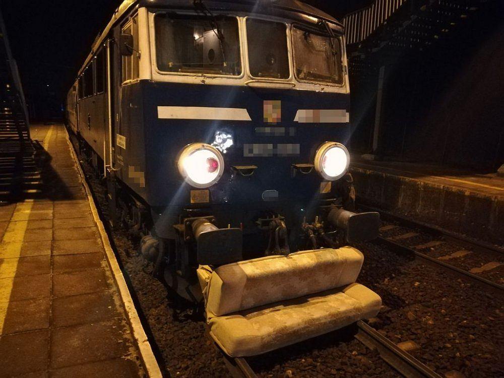 Pijani mężczyźni zrzucili wersalkę na tory, uszkodzili pociąg