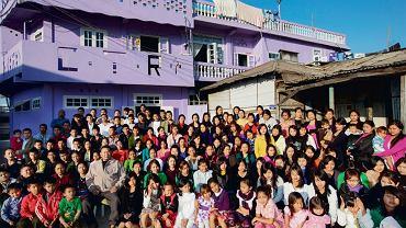 69-letni Ziona z żonami i dziećmi. Przywódca sekty jest zarazem głową   największej rodziny na świecie