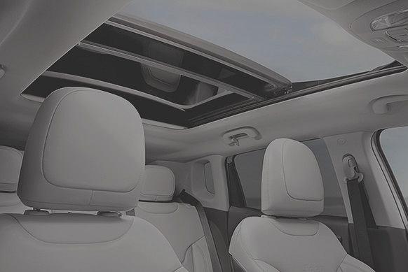 Panoramiczne okno dachowe zapewnia komfort podróży niezależnie od warunków na drodze. Fot. Materiały Partnera