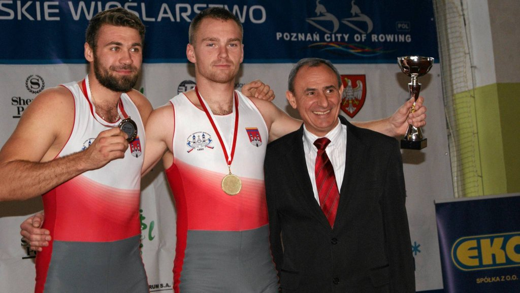 Damian Plewiński i Łukasz Lewandowski na podium w towarzystwie wiceprezydenta Kalisza
