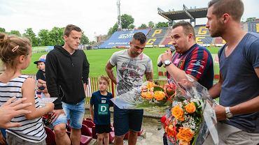 Maksymilian Rogalski (czarna bluza) i Radosław Janukiewicz (w środku) podczas pożegnania z kibicami Pogoni