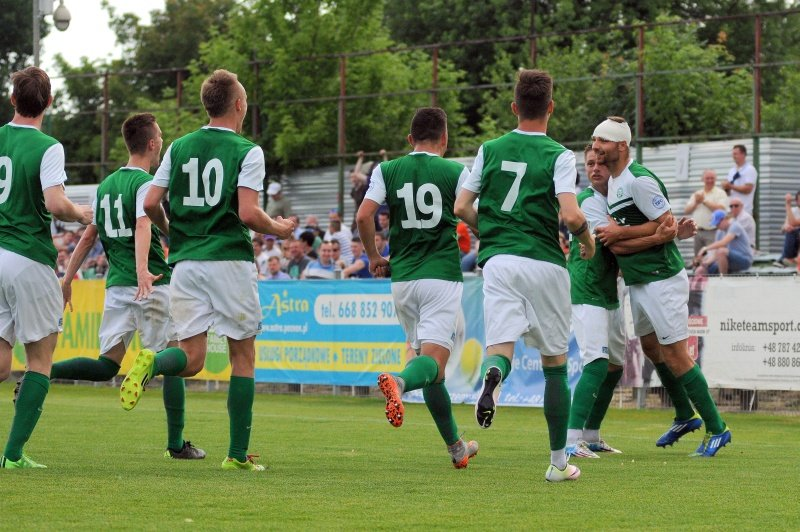 Warta Poznań - Lech II Poznań 3:3. Radość piłkarzy Warty po golu na 2:2