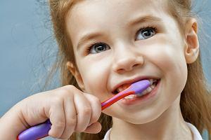 Tata wymyślił genialny sposób na mycie zębów. Teraz jego bez córka szoruje je przez dwie minuty