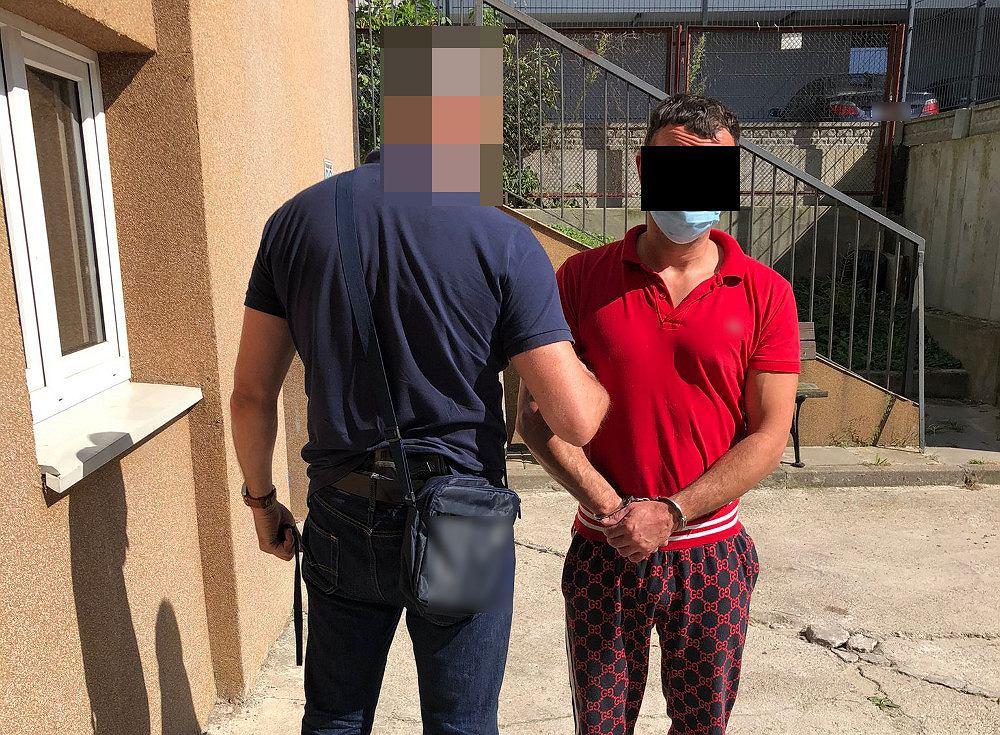 Próbował ukraść dwie pary spodni, zaatakował ekspedientkę