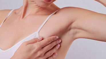 Ból pod pachą bywa objawem zwykłego przetrenowania, ale może być także symptomem poważniejszych chorób.