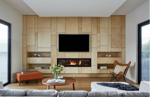 Ciekawe materiały - drewno, panele, tapeta lub kamień - w nietypowym salonie