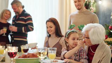 Warto powiedzieć dziecku, jakie decyzje rodzice podjęli co do przebiegu świąt. Wyraźnie zarysowany plan daje dziecku oparcie i  upewnia w przekonaniu, że rodzice wiedzą, co robią.