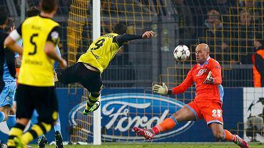 Pepe Reina broni, efektownie uchwycony w momencie oddawania strzału został Robert Lewandowski.