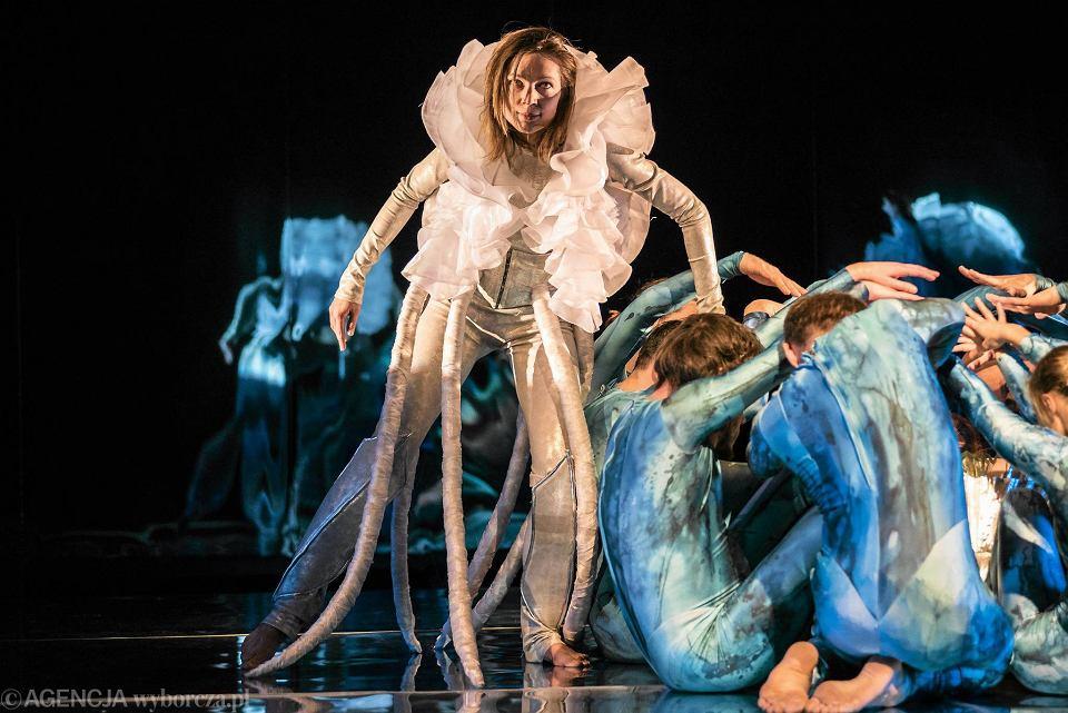 Aktorzy pantomimy podchodzą do swoich postaci z leciutkim dystansem, w ich ruchu jest zarówno finezja, jak i świadoma niezgrabność