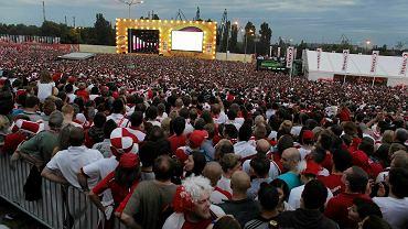 40 tys. kibiców oglądało w Gdańsku mecz Polski z Czechami (0:1). Niemal przez cały mecz w strugach deszczu wspierali biało-czerwonych głośnym dopingiem, a od 73. minuty meczu, gdy Czesi strzelili bramkę, końcówkę meczu oglądali w niemal zupełnej ciszy.
