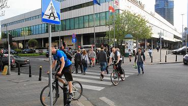 Rowerzyści na przejściu dla pieszych przy hotelu Marriott