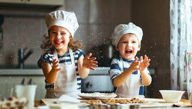 Ferie zimowe 2021 w kujawsko-pomorskim to dobry czas na wspólne pieczenie ciasteczek. Zdjęcie ilustracyjne