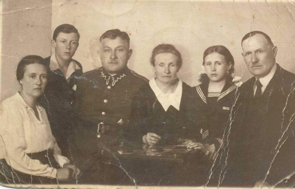 Władysław Porowski (trzeci od lewej) z żoną Tosią (pierwsza od lewej), ich najstarszy syn, rodzice Tosi i nieznana dziewczynka.