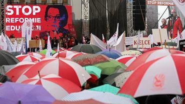 Demonstracja przeciwko 'deformie'' oświaty. Zarząd Główny Związku Nauczycielstwa Polskiego podsumował wyniki referendum strajkowego - 31 marca strajk. Nauczyciele nie będą pracować