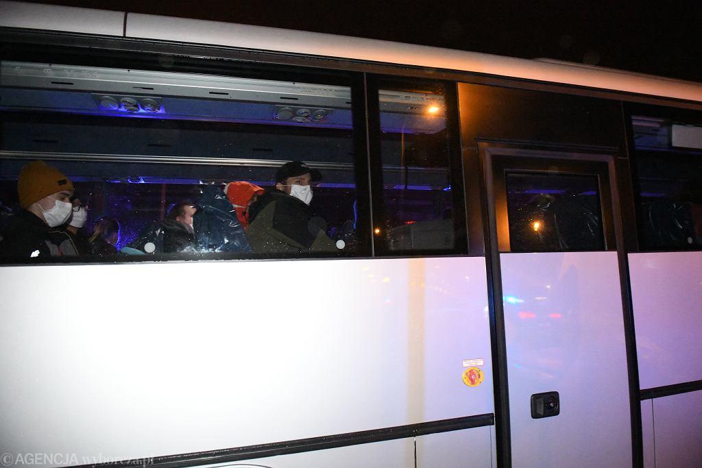 Polacy ewakuowani z Wuhan w drodze do szpitala wojskowego