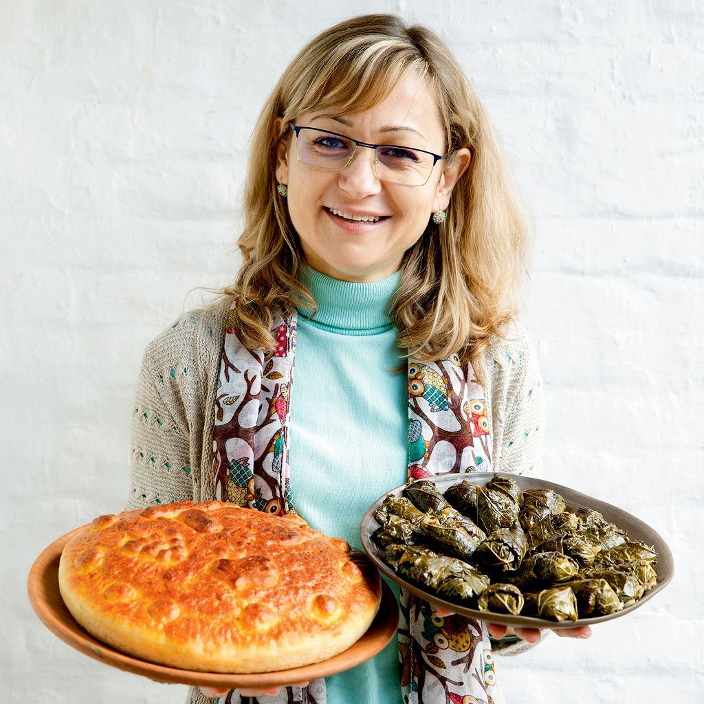 Stella Nenova z bułgarskimi chlebem wigilijnym i sarmi