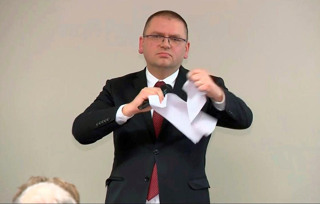 Maciej Nawacki w teatralnym geście podarł kartkę z uchwałami sędziów.