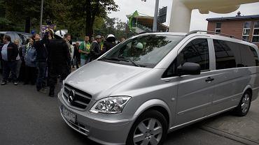 Toruńscy żużlowcy-dezerterzy odjeżdżają ze stadionu Falubazu.