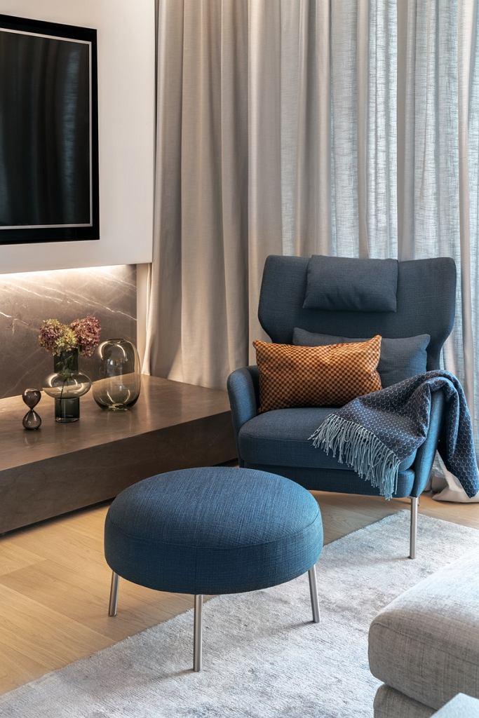 Fotel z podnóżkiem w salonie