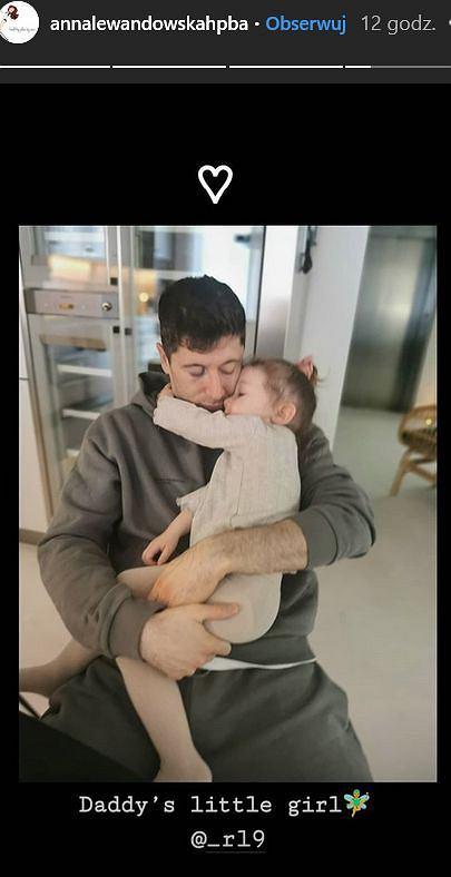 Robert Lewandowski przytula się z Klarą