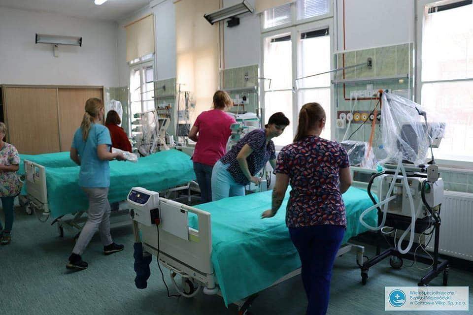 Przygotowanie łóżek dla intensywnej terapii w Jednoimiennym Szpitalu Zakaźnym przy ul. Walczaka