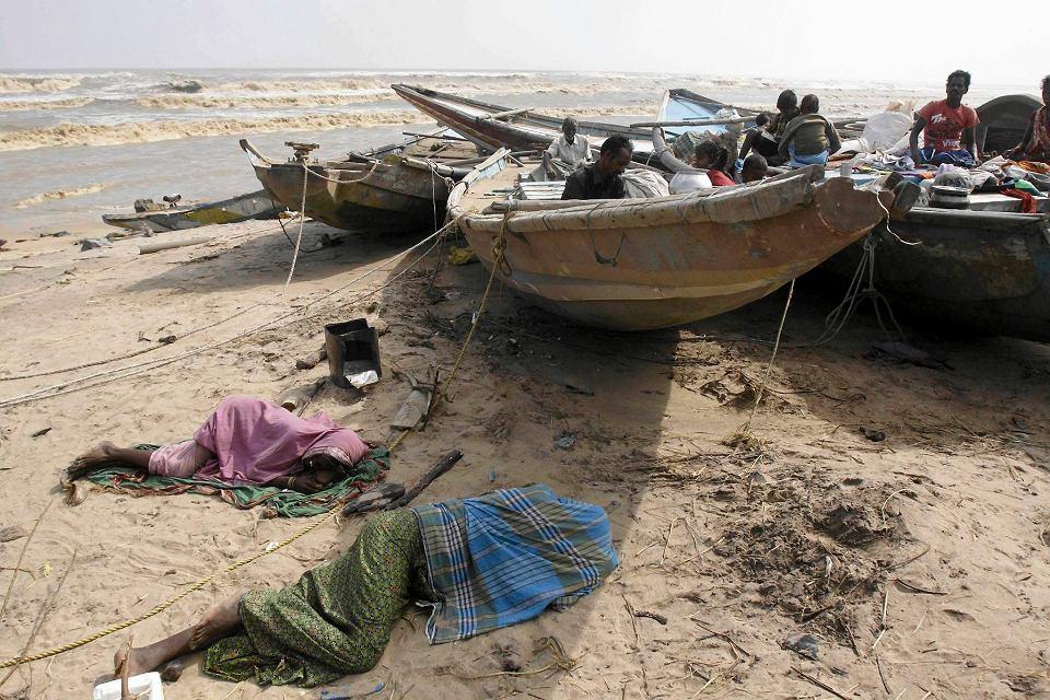 Mieszkańcy wioski Podampeta, których domy zostały zniszczone śpią w łodziach.