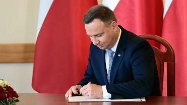 Prezydent Andrzej Duda podpisuje...
