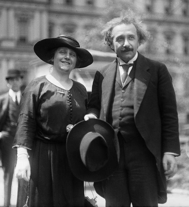 Albert Einstein ze swoją drugą żoną Elsą. Byli blisko spokrewnieni - ich matki były siostrami