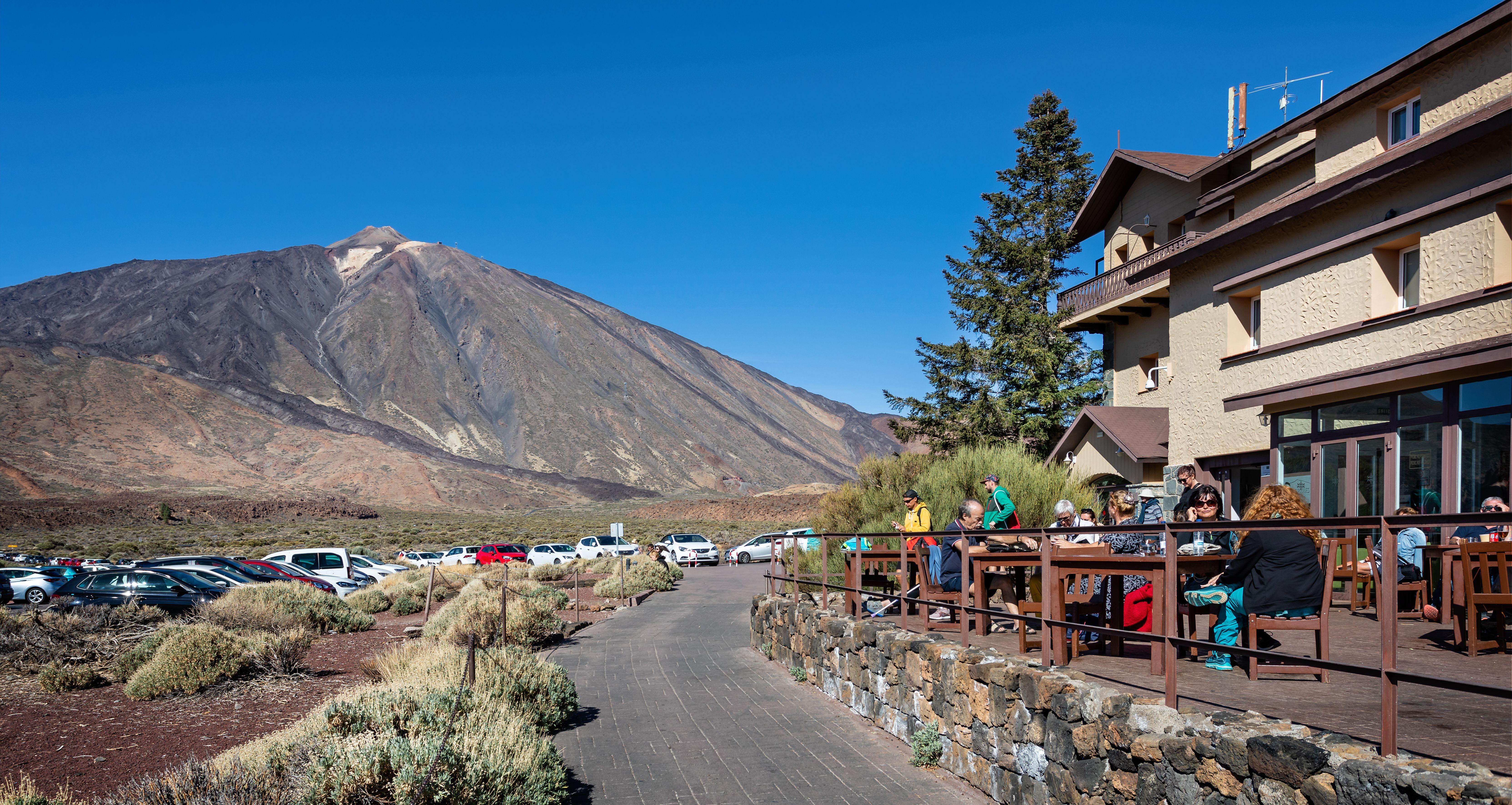 Parador de Ca?adas del Teide. Ma tylko trzy gwiazdki, ale jedyny taki widok: na wulkan Teide, najwyższy szczyt Hiszpanii / Fot. Nigel Jarvis/Shutterstock.com