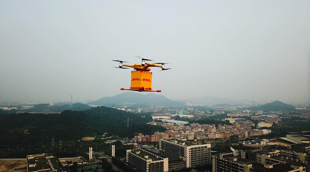 Dron DHL Express w trakcie dostawy