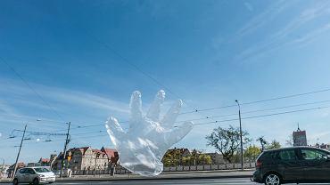 16.04.2020 Poznań , ulica Roosevelta . Fruwająca rękawiczka foliowa jest używana przez mieszkańców podczas zakupów w sklepach.