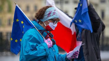 Policja spisała i nagrywała uczestników proeuropejskiego spaceru w centrum Bydgoszczy. Odbył się 1 maja z okazji 16. rocznicy wejścia Polski do Unii Europejskiej.