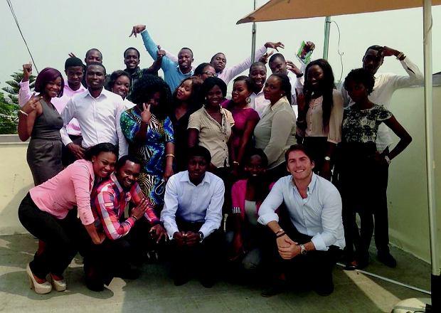 Marek Zmysłowski (pierwszy z prawej na dole) w otoczeniu swojego pierwszego afrykańskiego zespołu na tarasie pierwszego biura. O tym, jak pozyskiwać pracowników w Nigerii, w książce jest sporo.