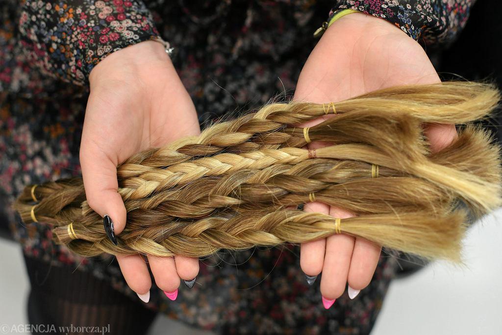 10.02.2016, Kraków, akcja 'Daj włos' Fundacji Rak'n'roll, świeżo obcięte włosy, z których powstaną peruki dla osób chorych na raka.